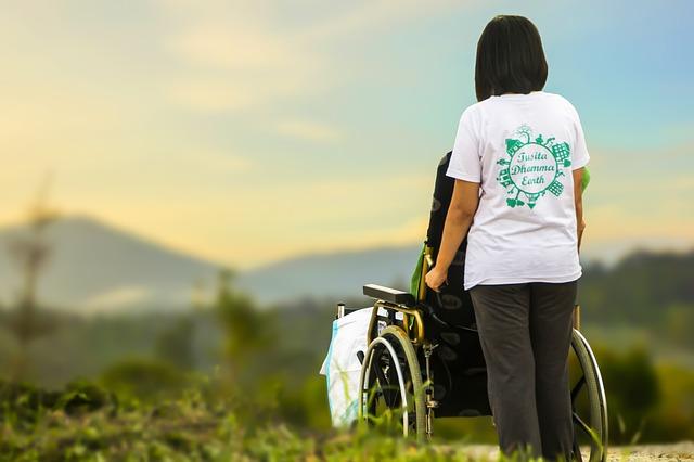 La importancia del auxiliar de enfermería en la atención a personas mayores