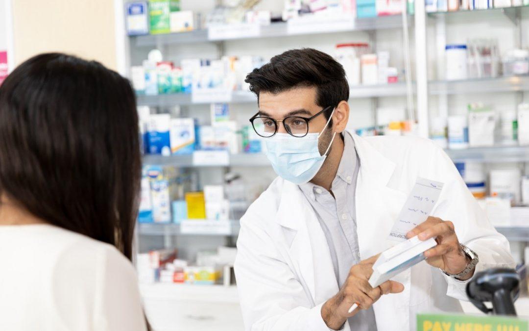 ¿Cómo se atiende al público en una farmacia? Te damos las claves